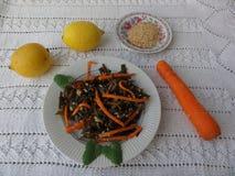 Meerespflanzensalat mit KarottenLimettensaft und indischem Sesam Lizenzfreies Stockbild