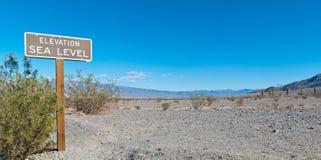 Meeresspiegelzeichen an der Wüste Stockbild