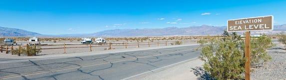 Meeresspiegelzeichen an der Wüste Lizenzfreie Stockfotos