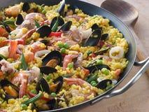 Meerestier-Paella in einer Paella-Wanne Lizenzfreie Stockfotografie