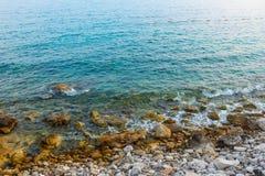 Meereswellen auf dem Steinküste Sommer stockfotos
