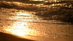 Meereswellen auf dem Strand bei Sonnenuntergang, Dämmerungsnahaufnahme, niedriger Winkel stock video