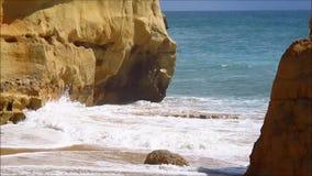 Meereswellen auf der Strandküste stock video footage
