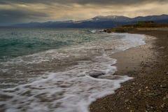 Meereswellen auf sandigem Strand Stockfoto