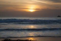 Meereswellen bei Sonnenuntergang Stockbilder