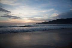Meereswellen bei Sonnenuntergang Stockfoto