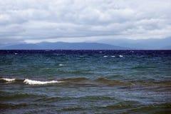 Meereswellen, Berge und Wolken Stockbilder