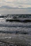 Meereswellen am düsteren Tag Stockbild