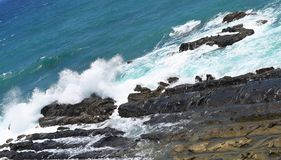 Meereswellen, die auf Felsen - Port Blair, Adnaman-Nikobaren, Indien schlagen und brechen lizenzfreies stockfoto