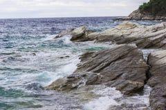 Meereswellen, die auf Felsen zerquetschen lizenzfreies stockfoto
