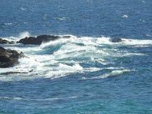 Meereswellen, die auf Felsen zerquetschen lizenzfreie stockbilder