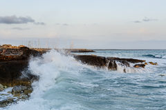 Meereswellen, die an den Felsen brechen stockbilder