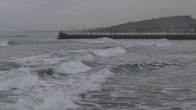 Meereswellen, die gegen die Felsen des Piers schlagen stock footage