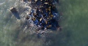 Meereswellen, die gegen die Felsen schlagen Schießen von oben stock video footage