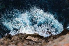 Meereswellen, die gegen Felsen zusammenstoßen lizenzfreie stockfotografie