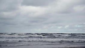 Meereswellen an einem Herbsttag stock footage