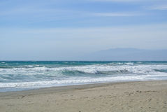Meereswellen am einsamen Strand Lizenzfreie Stockfotos