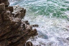 Meereswellen gegen Felsen Stockfoto