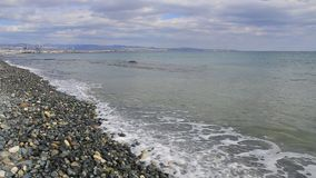 Meereswellen gerollt auf dem Pebble Beach stock video