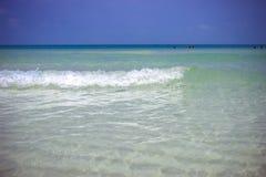 Meereswellen im azurblauen Wasser am blauen Himmel Lizenzfreies Stockfoto