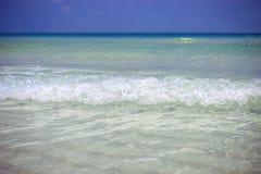Meereswellen im azurblauen Wasser am blauen Himmel Lizenzfreie Stockfotos