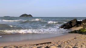 Meereswellen laufen gelassen auf dem sandigen Ufer in Samila-Strand bei Songkhla stock footage