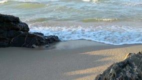 Meereswellen laufen gelassen auf dem sandigen Ufer in Samila-Strand bei Songkhla stock video