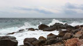 Meereswellen mit spritzen Bruch über Steine früh stock video footage
