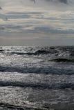 Meereswellen am stumpfen Tag Lizenzfreies Stockfoto