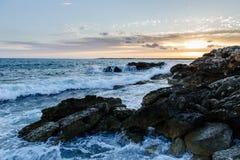 Meereswellen und Felsen bei Sonnenuntergang lizenzfreies stockbild