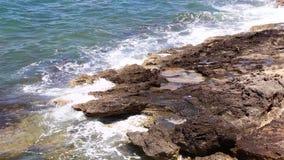 Meereswellen und Steinfelsen stock footage