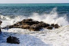 Meereswellenbrüche an den Felsen Mallorca-Küste stockfotos
