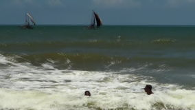 Meereswellenbrandung auf sandigem Strand maldives stock footage