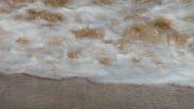 Meereswellenbrandung auf sandigem Strand maldives Abschluss oben stock footage