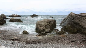 Meereswellenbruch über große Steine stock video footage