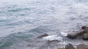 Meereswellenfelsenwasser stock footage