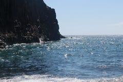 Meereswoge auf dem schwarzen sandigen Strand von Playa De Zamora Chica, La Plama stockbilder