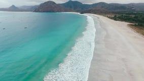 Meereswoge auf sandigem Strand stock video