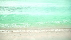 Meereswoge auf sandigem Strand stock footage