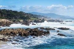 Meereswoge durch die Küste bei Big Sur nahe Landstraße 1 Kalifornien Stockbild