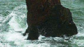 Meereswoge Felsen Foams schlagend sprühend und slowmotion spritzend stock video footage