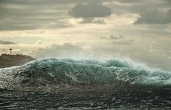 Meereswoge mit spritzt bei Sonnenaufgang Stockfotografie