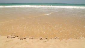 Meereswogebedeckung fasst den i-Liebessommer ab, der in Sand auf Strand geschrieben wird stock video footage