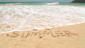 Meereswogebedeckung fasst den i-Liebessommer ab, der in Sand auf Strand geschrieben wird stock footage