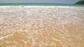 Meereswogebedeckung fasst die i-Liebesreise ab, die in Sand auf Strand geschrieben wird stock video