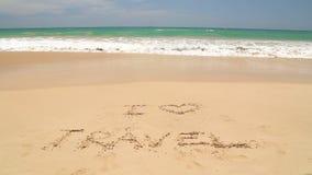 Meereswogebedeckung fasst die i-Liebesreise ab, die in Sand auf Strand geschrieben wird stock video footage