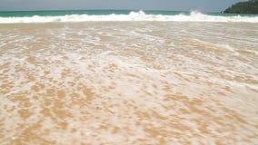 Meereswogebedeckung fasst i-Liebe zur Reise ab, die in Sand auf Strand geschrieben wird stock footage