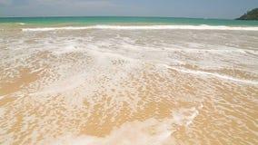 Meereswogebedeckung fasst Sri Lanka ab, das in Sand auf Strand geschrieben wird stock video footage