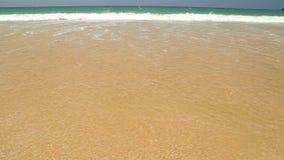 Meereswogebedeckungs-Wortfeiertag geschrieben in Sand auf Strand stock footage