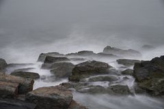 Meereswogen über Felsen bei Cliff Walk in Rhode Island Stockbild